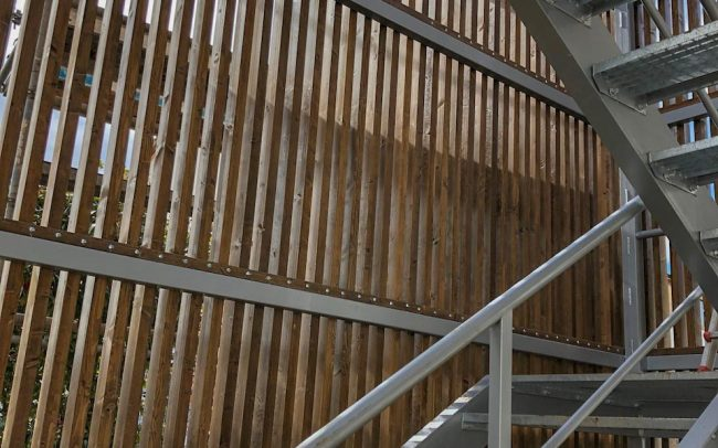 Escalera exterior de emergencia en edificio docente de Gijón obra de Dolmen Arquitectos