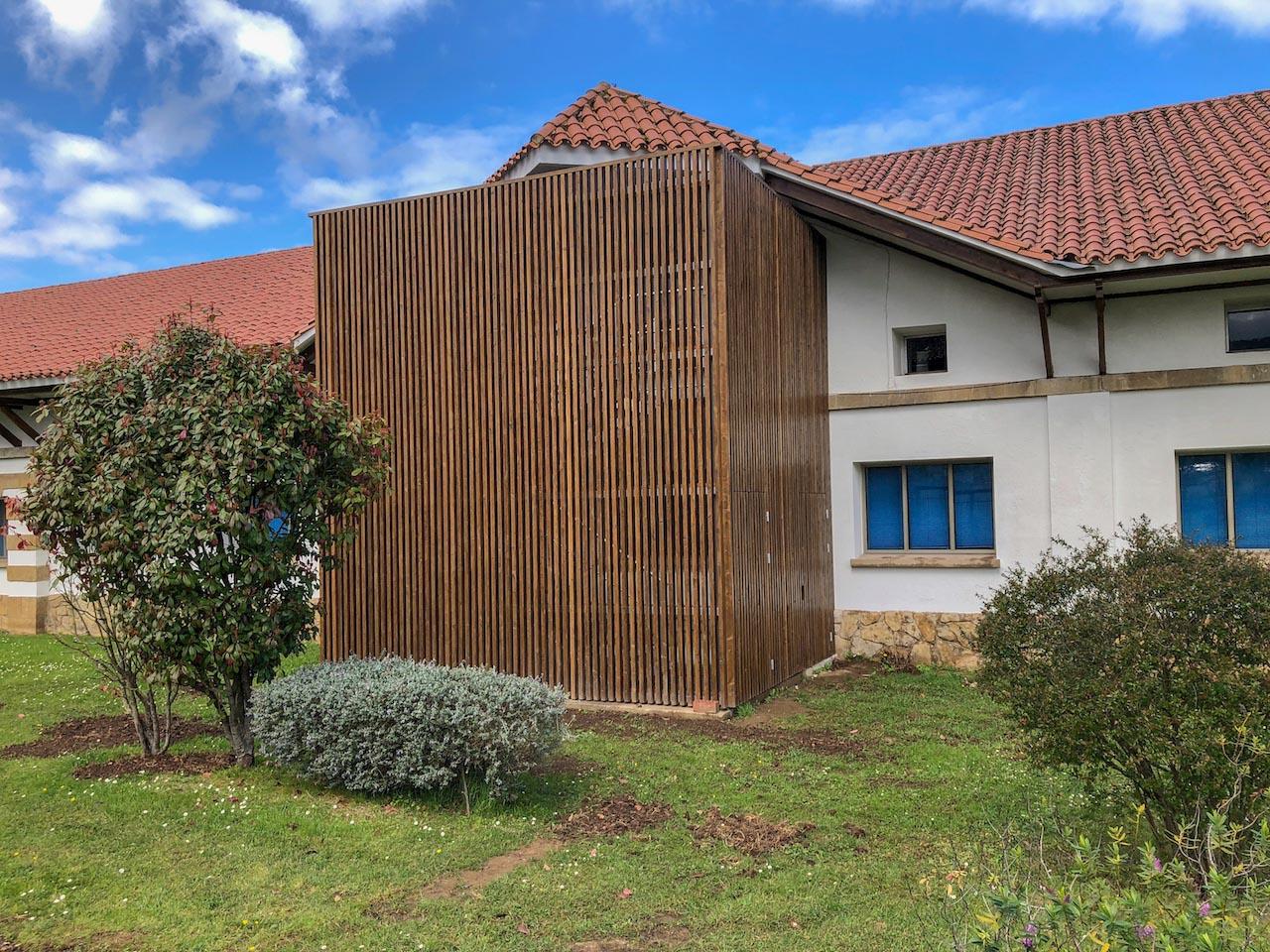 Escalera exterior de emergencia en edificio docente de for Docentes exterior