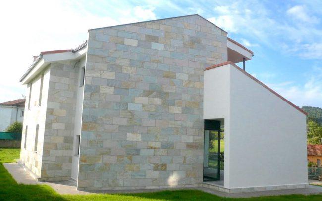 Fachada lateral de vivienda unifamiliar en Villaviciosa