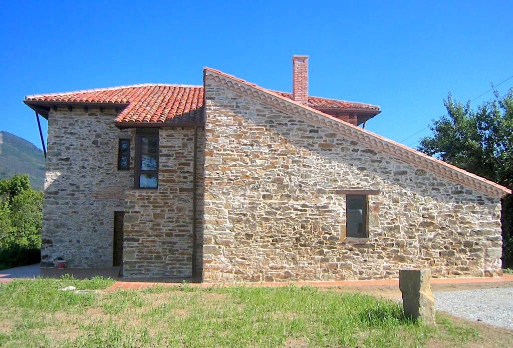 fachada-lateral-de-vivienda-unifamiliar-en-el-pueblo-de-cudillero-asturias-para-restaurar