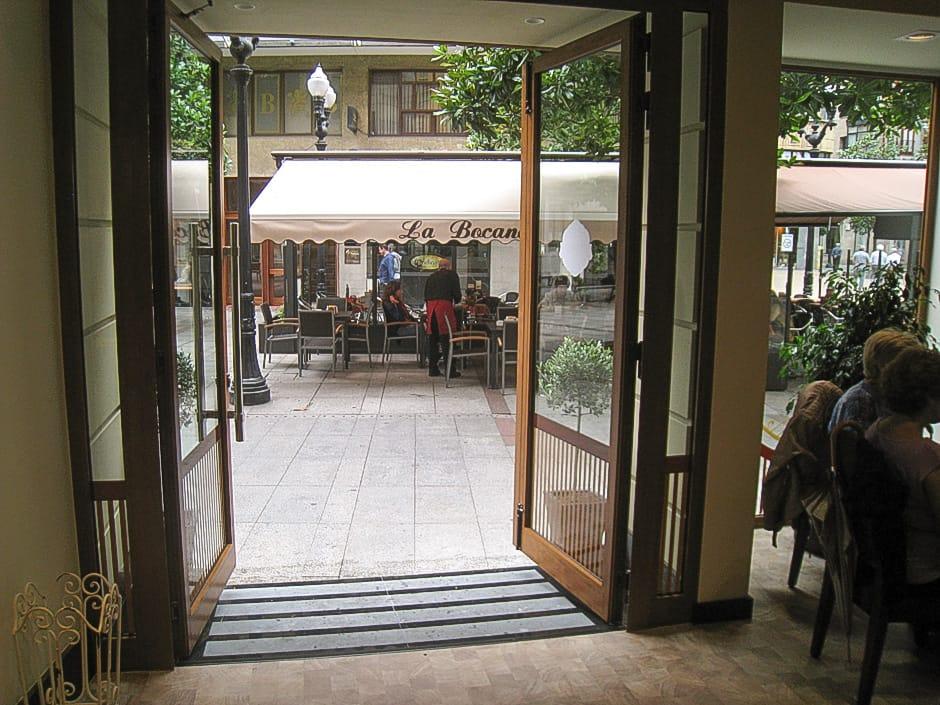 Reforma de local de vinatería La Bocana en Gijón salida a calle Corrida