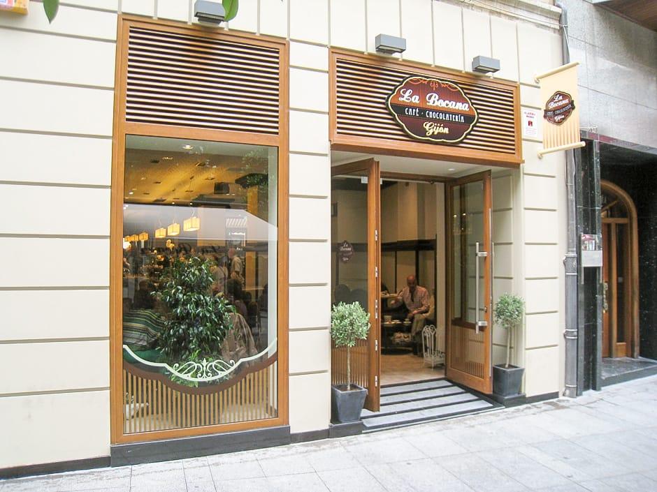 Reforma de local de vinatería La Bocana en Gijón fachada de la calle Corrida