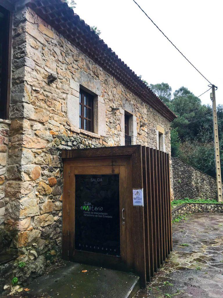 Visita al Centro de Interpretación del Entorno de San Emeterio Asturias proyecto de Dolmen Arquitectos