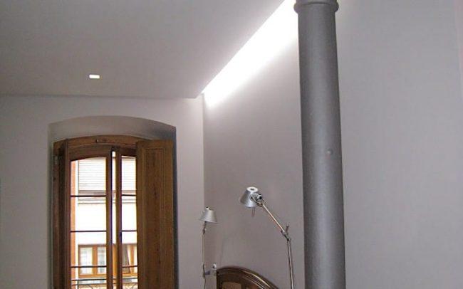 Columna en el salon de un piso reformado en Gijon