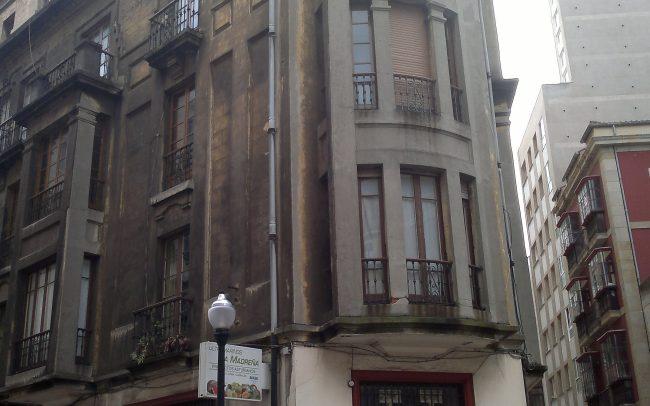 Esquina fachada rehabilitada en la calle Instituto Gijon Asturias