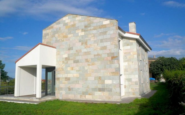 Fachada lateral de chale en Villaviciosa Asturias