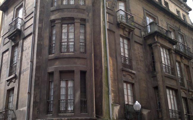 Fachada sin rehabilitar en la calle Instituto Gijon Asturias