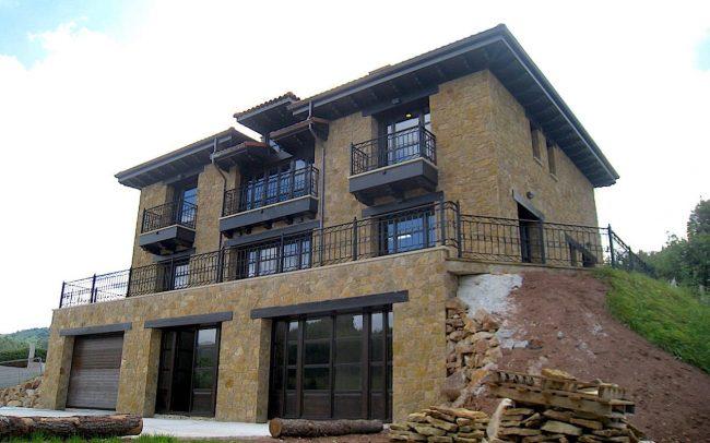 Garaje y fachada de vivienda unifamiliar Villaviciosa Asturias