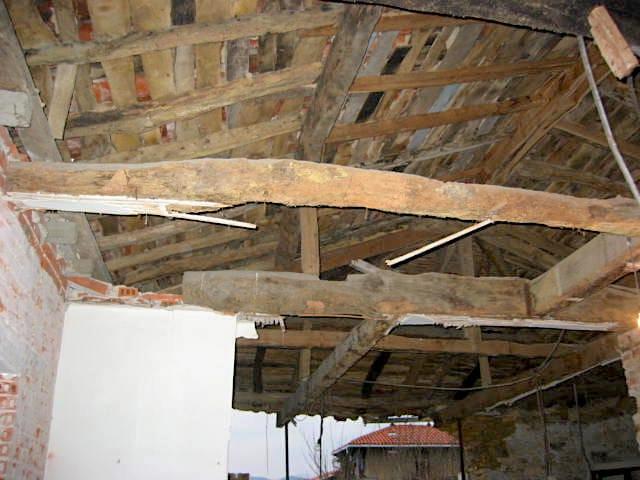 interior-sin-restaurar-de-vivienda-unifamiliar-en-el-pueblo-de-cudillero-asturias-para-restaurar