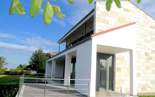 Lateral de vivienda unifamiliar de nueva planta en Villaviciosa