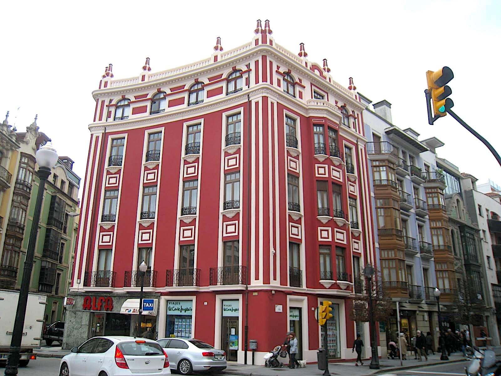 Dolmen Arquitectura ha llevado a cabo la rehabilitación de la fachada de un bloque de viviendas catalogado en Gijón