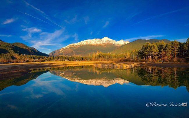 Vista al atardecer en la laguna del Ecoparque El Juncaral Huesca