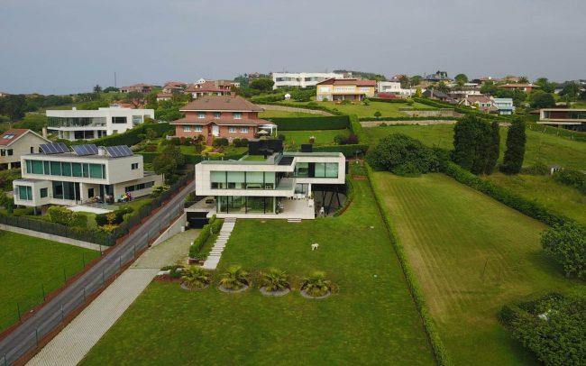 Vivienda de diseño en El Rinconín Gijón obra de Dolmen Arquitectos arquitectura e interiorismo en Asturias fotografía con dron